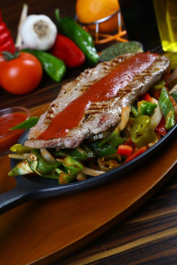 Köstliches Rindfleischsteak mit gegrilltem Gemüse lizenzfreies stockfoto