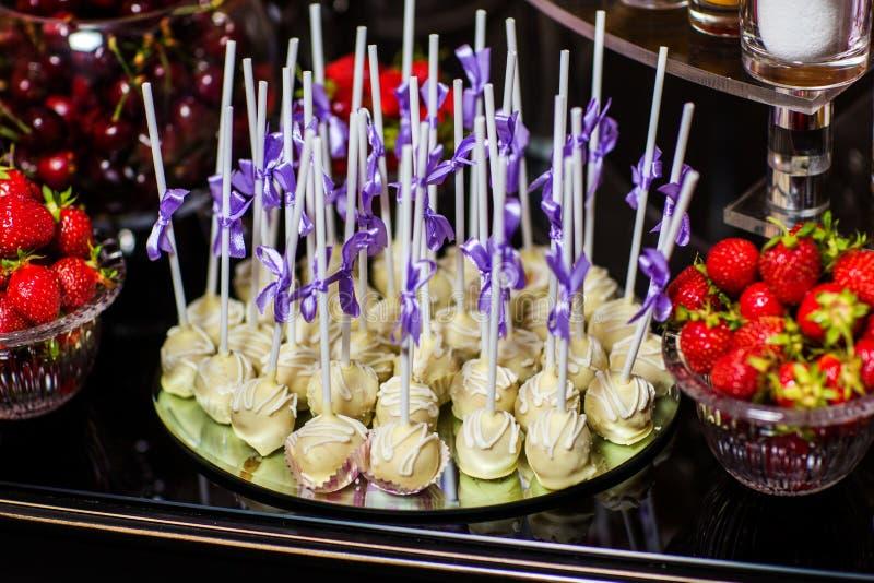 Köstliches süßes Buffet mit Platte von weißen Schokoladenpralinen stockfoto