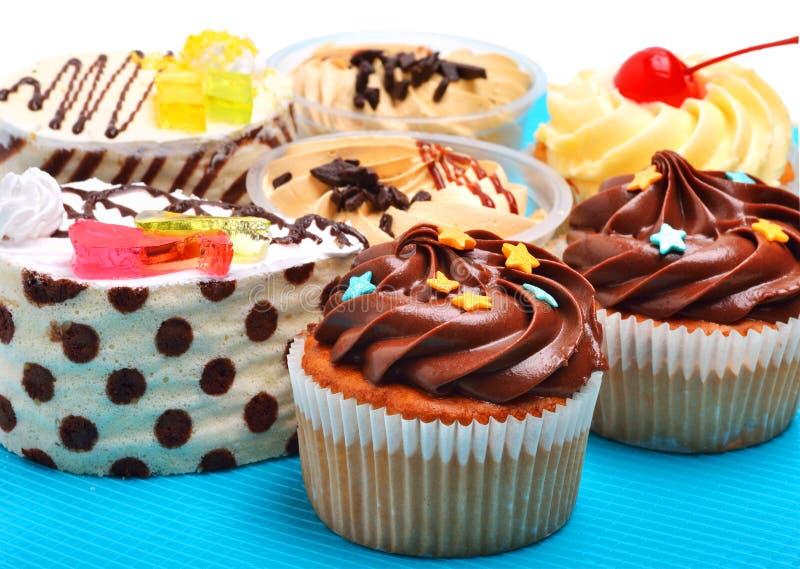 Köstliches sahniges Schokoladenmuffin, Törtchen, backt zusammen stockfoto