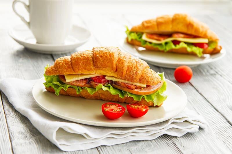 Köstliches Sandwich des Hörnchens zwei auf Holztisch Gesundes Frühstück stockbilder