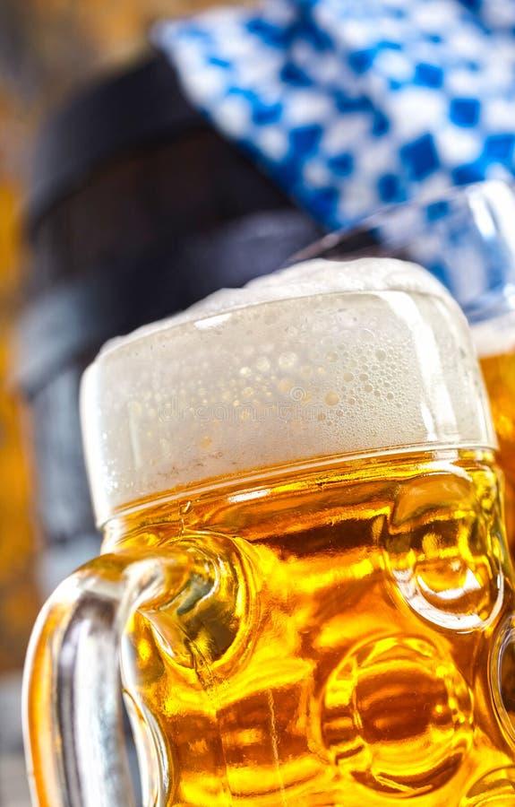 Köstliches schaumiges kaltes Bier in einem Glaskrug lizenzfreies stockfoto