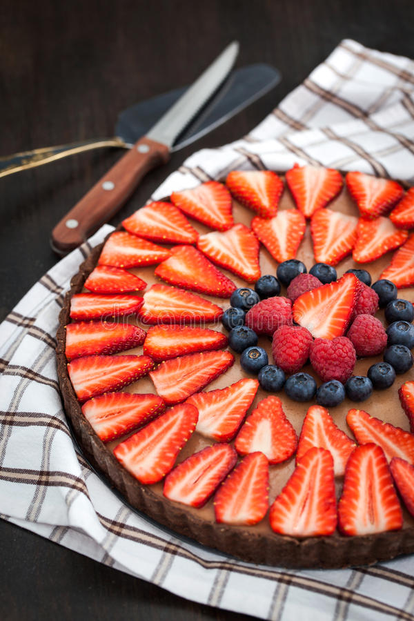 Köstliches Schokoladentörtchen verziert mit frischen Beeren stockfotografie
