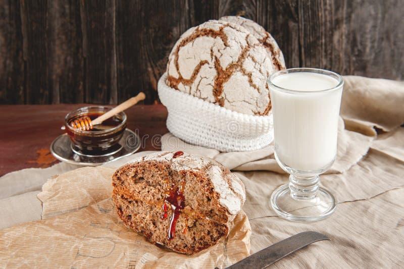 Köstliches selbst gemachtes Brot auf Sauerteigroggen auf einer Platte mit Honig und Milch Selbst gemachtes Backen stockfotos