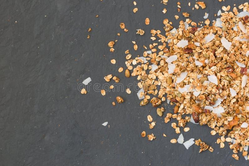 Köstliches selbst gemachtes Granola mit Nüssen und Kokosnussflocken auf schwarzem Hintergrund Gesunde Fr?hst?ckskost aus Getreide lizenzfreie stockbilder