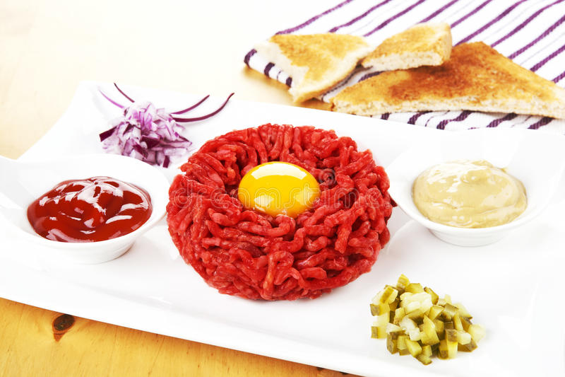 Köstliches Steak tartare. lizenzfreie stockbilder