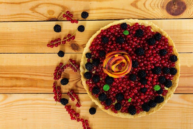 Köstliches Törtchen mit roten Johannisbeeren, Pfirsich und Brombeeren Beschneidungspfad eingeschlossen stockfoto