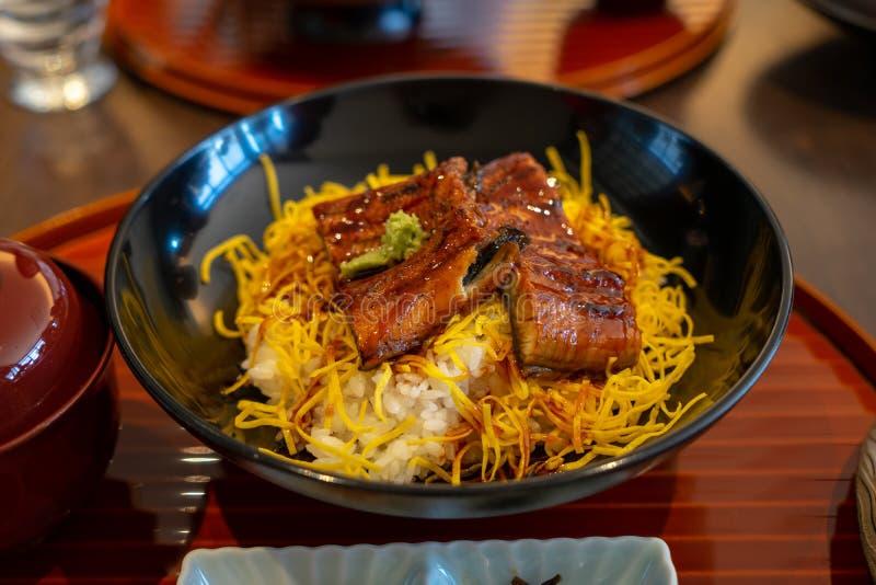 Köstliches Unadon, Kabayaki, gegrillt Elle mit süßer Soße und Ei auf gekochtem weißem Reis, populärer japanischer Teller lizenzfreie stockfotos