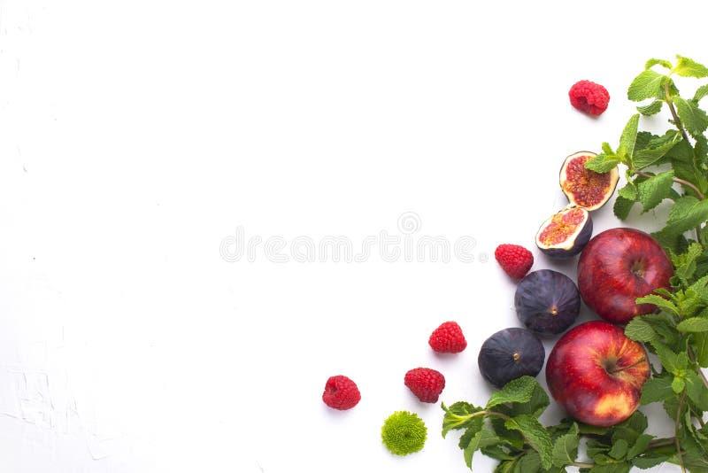 Köstliches und gesundes Frühstück auf einem weißen Hintergrund Frucht, Apfel, Himbeere, Feigen, tadelloses frisches für einen gut stockbild