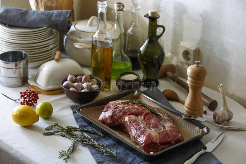 Kött för att baka på köksbordet arkivbild