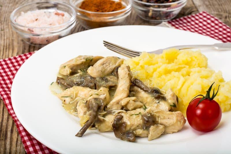 Kött i champinjonsås med mosade potatisar royaltyfri bild