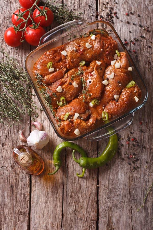 Kött i röd marinad med kryddor i en bunke Vertikal bästa sikt royaltyfri fotografi