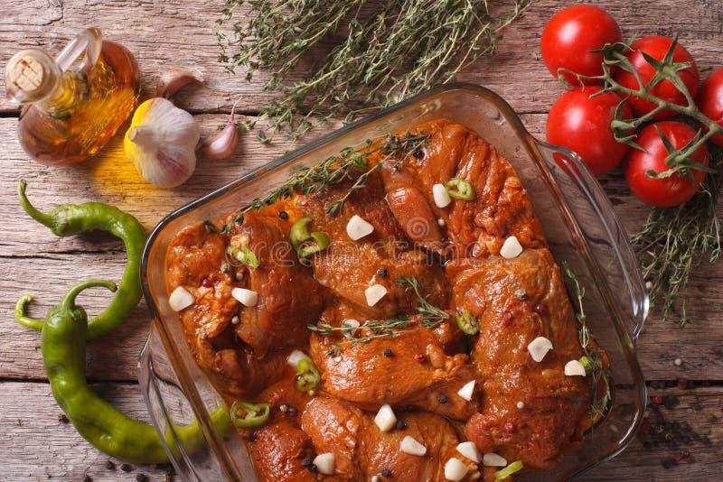 Kött i röd marinad med kryddor stänger sig upp i bunke Horisontal till royaltyfri fotografi