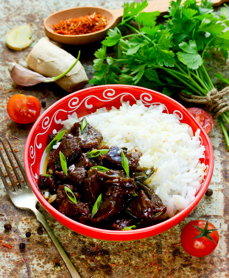 Kött i sås med basmati ris, mongolisk kokkonst arkivfoton