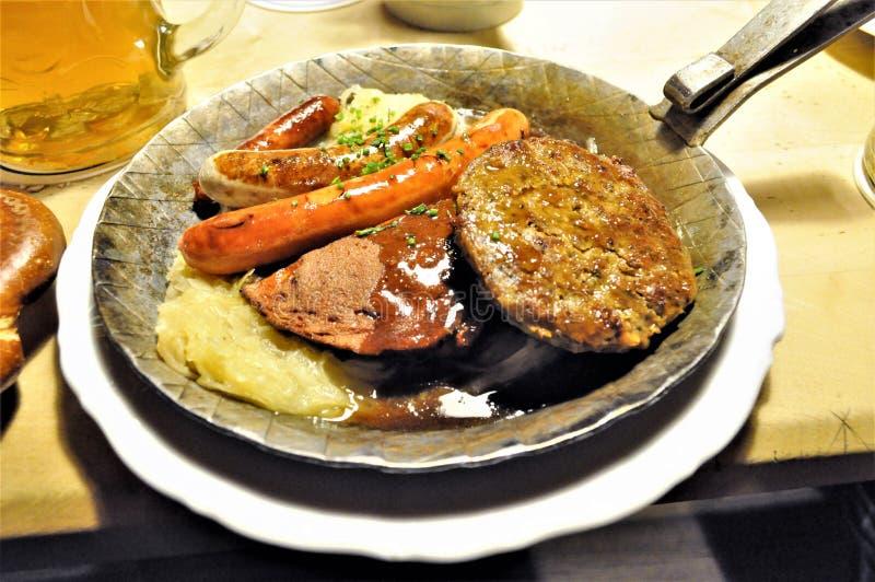 Kött, korv och surkål i Munich, Tyskland arkivfoto