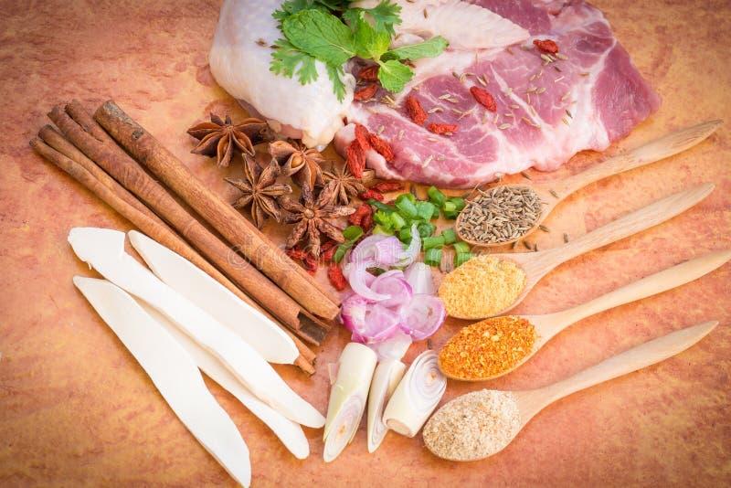 Kött med örter, kryddor och Veggies arkivfoto