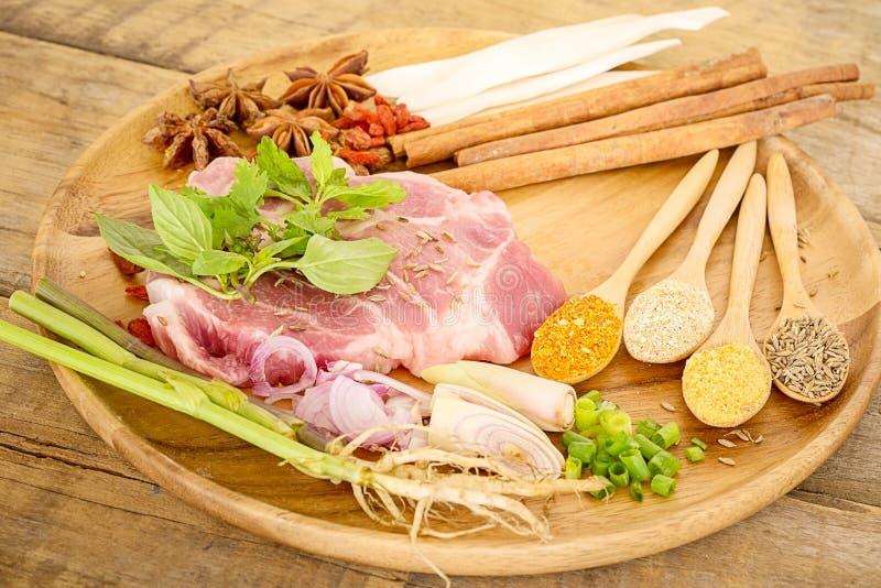 Kött med örter, kryddor och Veggies fotografering för bildbyråer