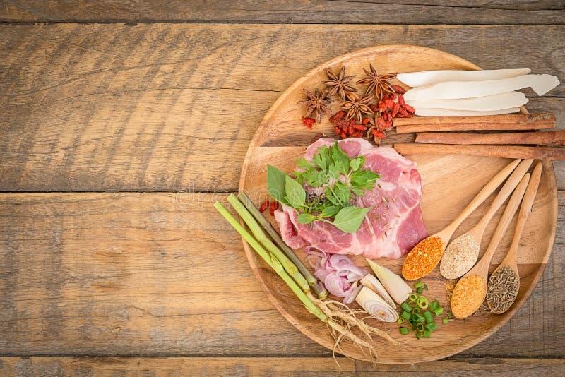 Kött med örter, kryddor och Veggies royaltyfria bilder