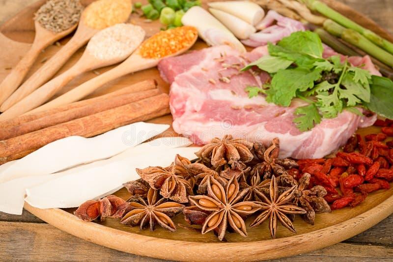 Kött med örter, kryddor och Veggies arkivbild