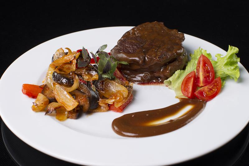Kött med kokta grönsaker arkivfoto