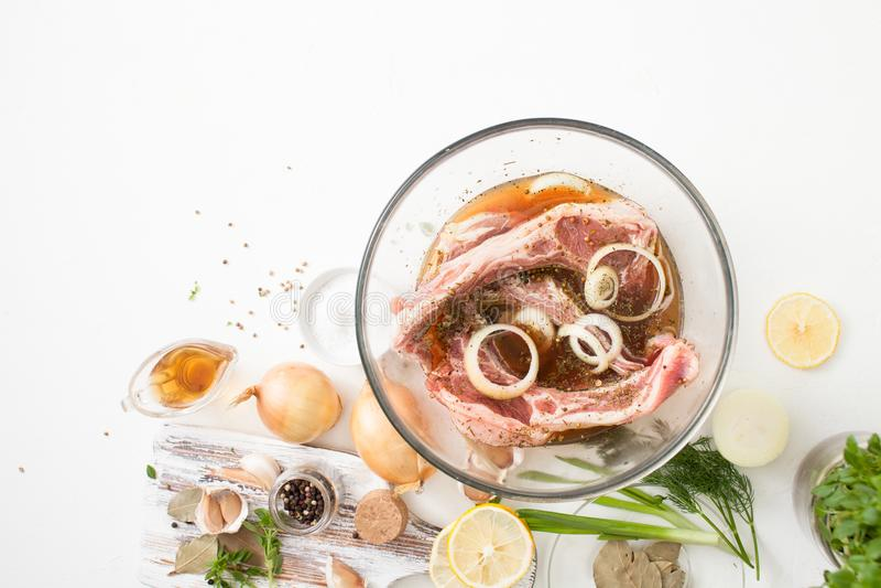Kött med kryddor för grillfestmarinad på vit arkivbild