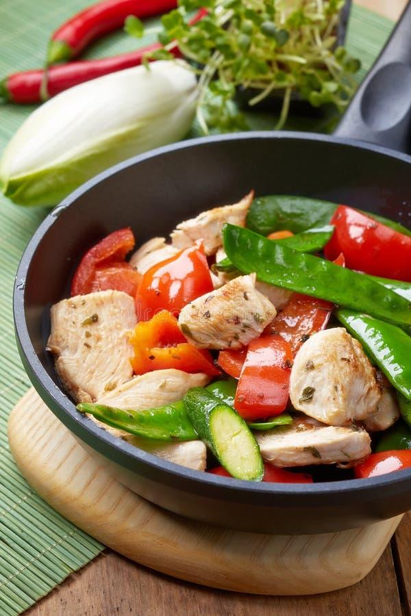 Kött och grönsaker för fegt bröst på stekpannan arkivfoton