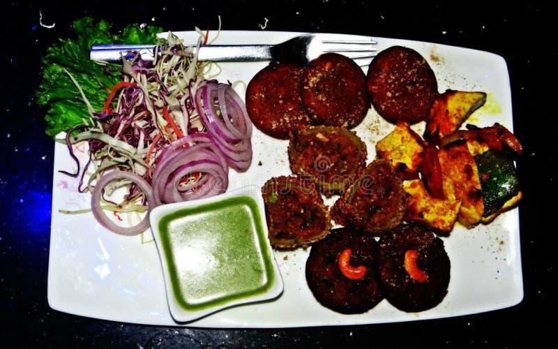 Kött och grönsaker i platta royaltyfria foton