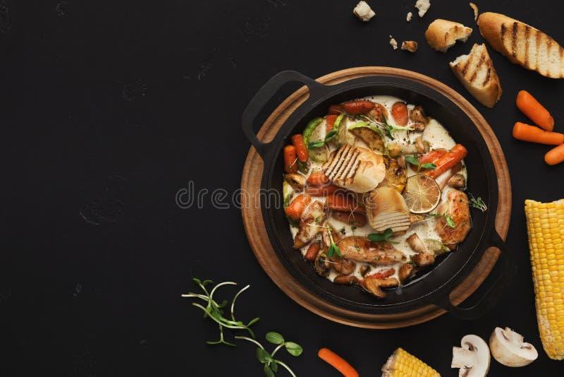 Kött- och grönsakragu på den svarta tabellen, bästa sikt fotografering för bildbyråer