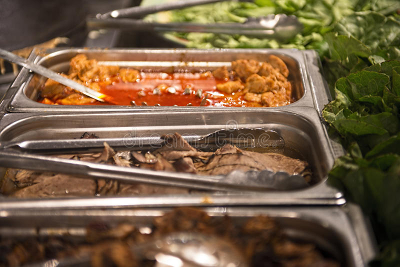 Kött- och salladstång royaltyfria foton
