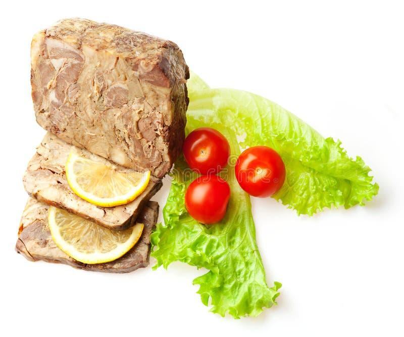 Kött släntrar dekorerat med tomater, limon och sallad arkivbilder