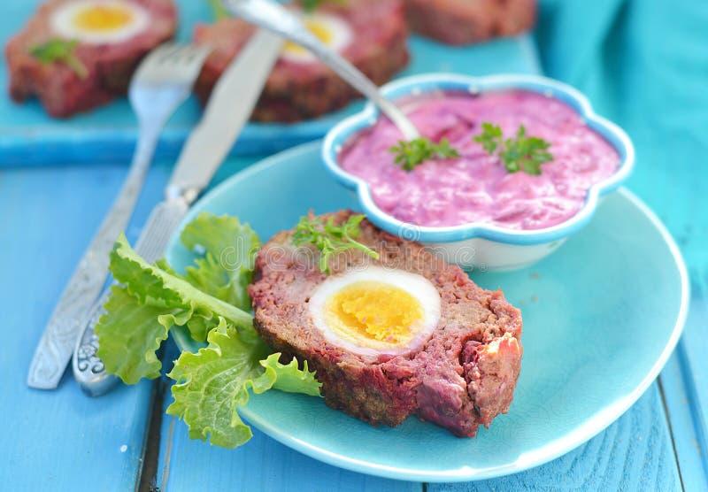 Kött släntrar med ägg arkivbild
