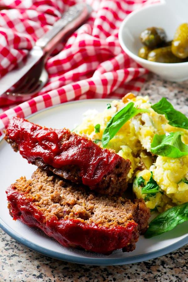 Kött släntrar med tomatsås arkivfoto