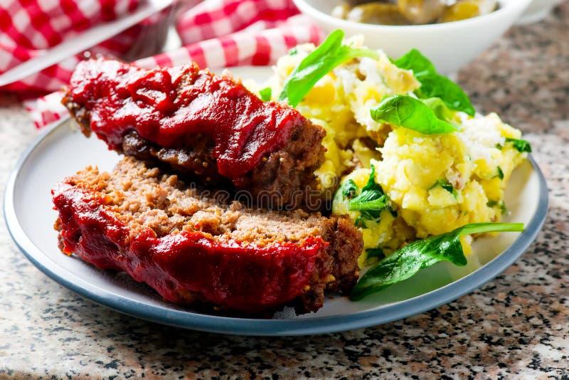 Kött släntrar med tomatsås royaltyfri bild