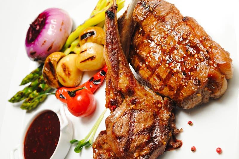 Kött som grillas med grönsaken fotografering för bildbyråer