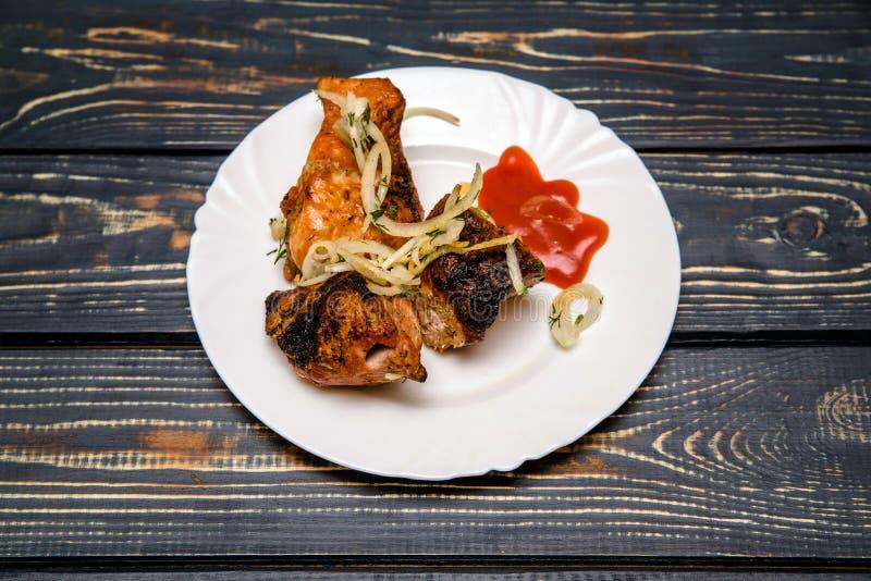 Kött som lagas mat över kol royaltyfria bilder