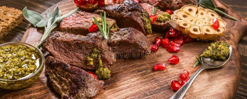 Köttbiff med grön pesto royaltyfri foto