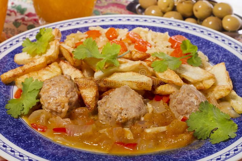 Köttbollar med ris och potatisar arkivfoton