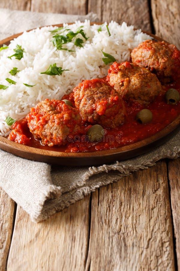 Köttbullar för grekSoutzoukakia nötkött i en kryddig tomatsås med a arkivbilder