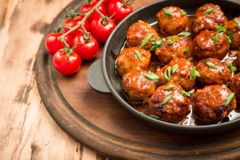 Köttbullar i söt och sur tomatsås Hemlagat grillat nötkött royaltyfri fotografi