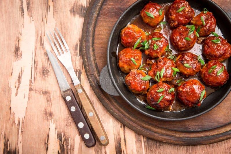 Köttbullar i söt och sur tomatsås Hemlagat grillat nötkött fotografering för bildbyråer