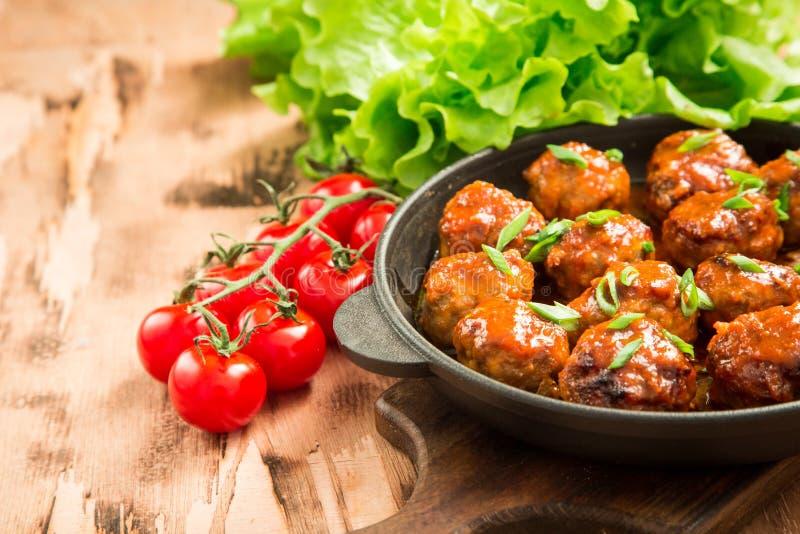 Köttbullar i söt och sur tomatsås Hemlagat grillat nötkött arkivbild