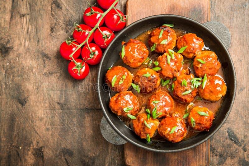 Köttbullar i söt och sur tomatsås Hemlagat grillat nötkött arkivbilder