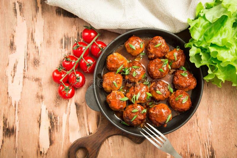 Köttbullar i söt och sur tomatsås Hemlagat grillat nötkött royaltyfri foto