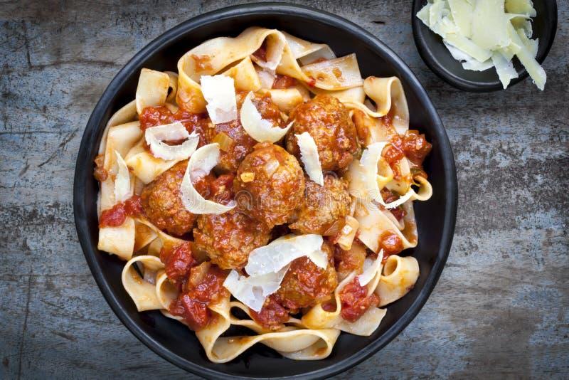 Köttbullar med Pappardelle pasta royaltyfri foto