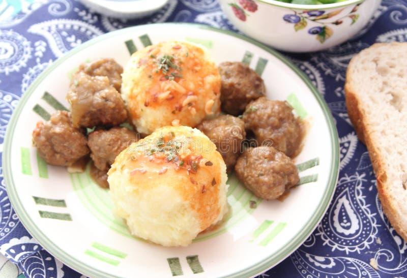 Köttbullar med potatisar fotografering för bildbyråer