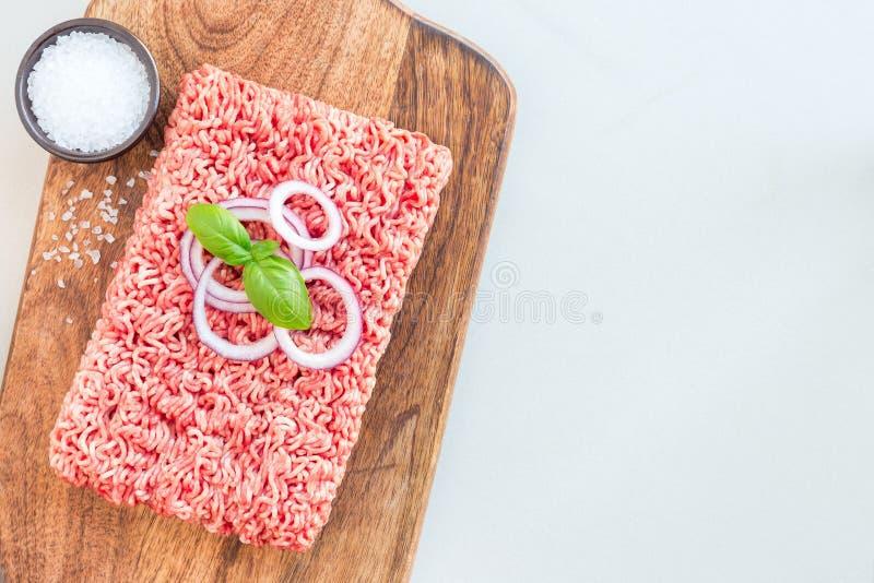 Köttfärs från griskött och nötkött Jordkött med ingredienser för royaltyfria bilder