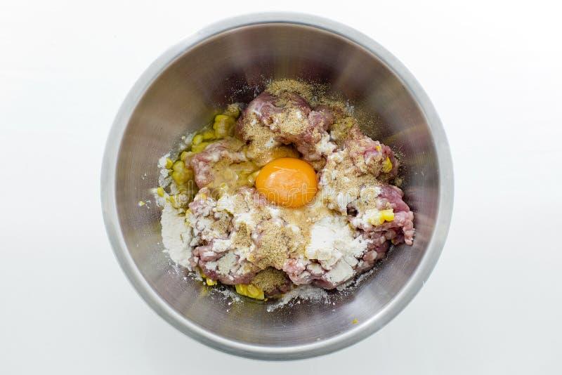 Köttfärs, havre, ägg och mjöl i rostfritt stål bowlar royaltyfria foton