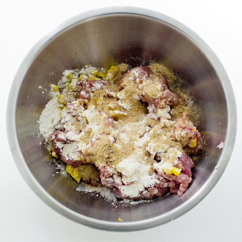 Köttfärs, havre, ägg och mjöl i rostfritt stål bowlar royaltyfri foto