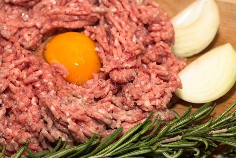 Köttfärs med ägget arkivbilder
