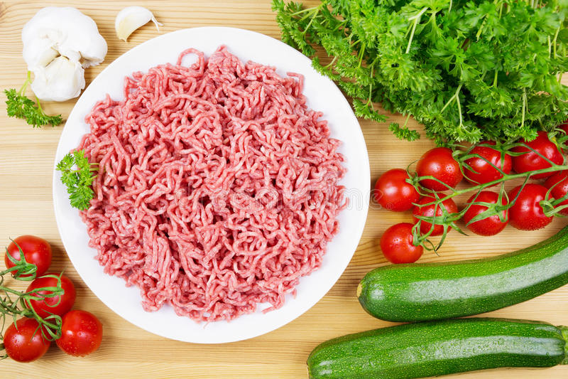 Köttfärs med grönsaker royaltyfria bilder