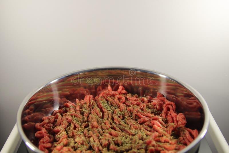 Köttfärs- och Provencal örter i en kastrull fotografering för bildbyråer